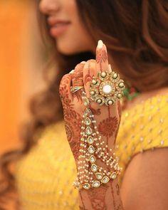 The Modish ones Indian Jewelry Earrings, Fancy Jewellery, Bride Earrings, Indian Jewellery Design, Indian Wedding Jewelry, Hand Jewelry, Bridal Jewelry, Jewelry Design, Indian Bridal