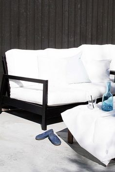 Garden furniture gets a luxurious look with black paint. Nice!