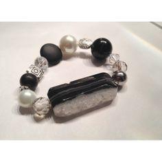 Bracelet de perles de verres et pierres naturelles. Bracelet with glass beads and natural stones.
