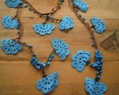 Lariat necklace made with turquoise and brown thread and turquoise chip beads. The large turquoise blue crochet fan shaped motifs are crocheted with Lariat Necklace, Flower Necklace, Crochet Necklace, Love Crochet, Crochet Flowers, Bijoux Diy, Metal Necklaces, Blue Beads, Crochet Accessories