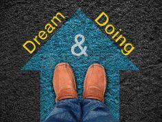 """Cita de la inspiración: """"Sueño y Hacer"""" en la vista aérea del zapato en el camino con movimiento flecha azul hacia adelante, tipográfico motivación. Foto de archivo - 40789805"""