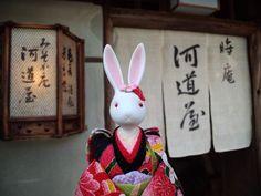 【河道屋晦庵~】   江戸時代から続く生蕎麦のお店。数寄屋造りの静かな佇まいは、地元民からも観光で訪れる旅行者からも支持を集める老舗です。和食好きの故・スティーブ・ジョブズ氏が通ったことでも有名になりました。日本旅館や料亭の並ぶ界隈には、日常を離れたもてなしの美が漂います。