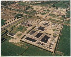 Luchtfoto van de eerste fase van het Forepark. Gezien tussen Rijksweg A4 en Polderweg, gezien vanuit het zuiden met Donau, TIber, Taag, Rijn, Donau, Theems, Elbe en Loire. Leidschendam, 1993