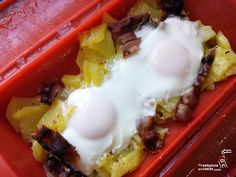 Huevos rotos con bacon y patatas - microondas.