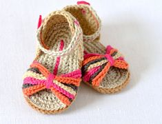 Crochet Pattern Baby Sandals with Fringes - the ultimate in Boho Style for Baby. The ideal sandal for late summer days, to show off beautiful brown baby feet - the ultimate in boho glamour! This is a CROCHET PATTERN written in ENGLISH - Please note! Baby Girl Sandals, Crochet Baby Sandals, Booties Crochet, Crochet Shoes, Baby Booties, Basic Crochet Stitches, Crochet Basics, Easy Crochet Patterns, Baby Patterns