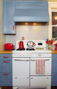 Cool Kitchen: Blue and red and white (oh my) – A cool kitchen-finds blog - Kitchenisms