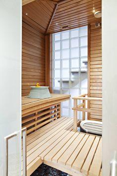 Vaalea, kolmeneliöinen sauna on paahdettua leppää. Led-valaistus luo tunnelmaa yhdessä Helon vuolukivikiukaan kanssa. Susanne on ahkera saunoja, joten löylyhuone suunniteltiin tarkkaan.