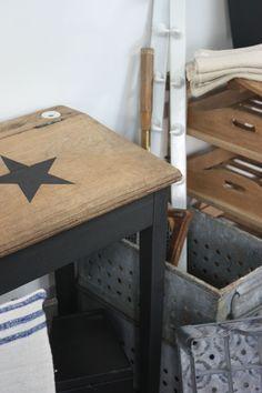 Customisez un ancien bureau d'écolier ! Il suffit d'un pot de peinture noire mat, et d'un pochoir !