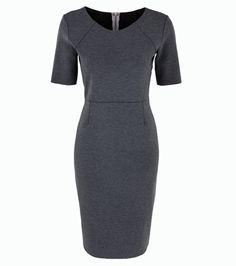 Szürke, szűk fazonú ruha, ami ideális hétköznapi vagy alkalmi viselet, a kiegészítőkkel kell csak variálnod.