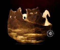 """Gatti della collezione """"LUCCICARTE"""" - Elementi decorativi luminosi in cartapesta. Diffondono una magica luce lunare e non devono essere collegati a prese elettriche."""