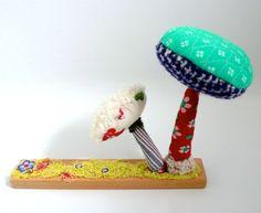 2 champignons textiles sur socle en bois brut, déco, différents tissus de récup, un radis m'a dit . Blog : https://www.facebook.com/clairefabrications/