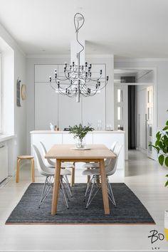Ihanan selkeälinjainen ja vaaleasävyinen koti. Asunto on muutama vuosi sitten kunnostettu ja on edelleen moitteettomassa kunnossa. Kaunis avokeittiö on suunniteltu erityisen toimivaksi ja kätkee sisälleen paljon säilytys tilaa. Avokeittiön ja olohuoneen välissä ruokailutila, johon mahtuu suurempikin ruokapöytä. Makuuhuone sijaitsee rauhallisen sisäpihan puolella. Tähän päätyhuoneistoon tulvii valoa sen suurista ikkunoista, joista näkymät jopa Siltasaarensalmelle asti.  Täydellinen koti…