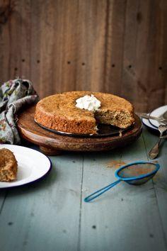 (vía Journey Kitchen: Rhubarb and Cardamom Cake)