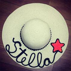 Veja uma seleção de ideias de customização de chapéu de palha. A moda é usar o chapéu de praia com seu nome personalizado nele. Chapéu customizado com nome Stella Summer Hats, Beret, Caps Hats, Paper Flowers, Embellishments, Decoupage, Birthdays, Creations, Embroidery