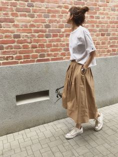 Stunning 40 Captivating Summer Long Skirt Ideas To Try Right Now Black Skirt Outfits, Skirt Outfits Modest, Modest Skirts, Long Skirts, Japanese Outfits, Japanese Fashion, Korean Fashion, Japanese Minimalist Fashion, Summer Minimalist