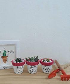 Esse é o nosso kit 03 minis.Faça sua encomenda e aproveita que ele está com o preço ótimo ...Encomendas pelo Direct 📥 ou pelo Whatsapp, os contatos estão na Bio!!#frases #vasos #decoração #interiores #cultivo #jardim #cactos #Lettering #caligraphy #bounce Clay Pots, Decoupage, Planter Pots, Pottery, Pink, Pottery Vase, Bottles, Diy Creative Ideas, Box