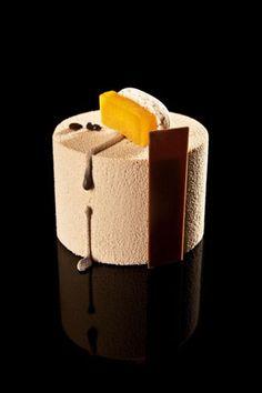 Dulce de leche - Vainilla - Café   Macarrón de café, interior de vainilla con albaricoque, mousse de dulce de leche y pintura de cobertura de leche   #RubenAlvarez #postre #dessert