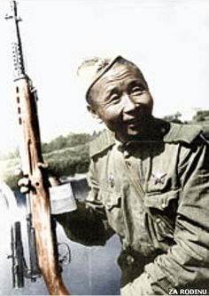 Our Soviet soldier is armed w/ the SVT-38 or SVT-40 semi-automatic rifle in 7.62 x 54mm w/ten round box magazine, scope looks like the 3.5 PU. Uniform of the day M1935 stand up collar shirt like tunic worn outside the trousers and the M35 Pilotka side cap