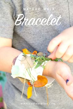 Armband aus Naturmaterialien // These nature walk kids collage bracelets are the perfect way to keep the kids occupied, awaken their creative side, and just get them appreciating the little things all around them in nature. Forest School Activities, Nature Activities, Outdoor Preschool Activities, Nature Based Preschool, Picnic Activities, Summer Activities, Family Activities, Kids Collage, Nature Collage