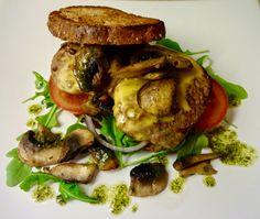 Edel's Mat & Vin : Biffsandwich med cheddar, cheddar, stekt sjampinjong og basilikum-vinaigrette ! Snadder til kvelds !!! Brødskiver trenger ikke være kjedelig, dette ble en solid porsjon med ett fargekart av smaker. Den syrlige viaigretten er en god kontrast mot resten av de kraftige ingrediensene.