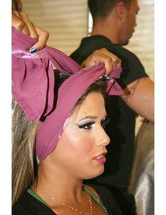 Gosta de turbante, mas não sabe qual amarração combina mais com você?  A hairstylist do Pierre Louis Coiffeur, Viviane Siqueira, dá as dicas de como utilizar os lenços e ensina 3 formas de usar o acessório.