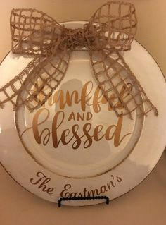 Decorative charger plate with vinyl decal Thankful & Blessed. **Add name to… Charger Plate Crafts, Charger Plates, Plate Chargers, Fall Crafts, Christmas Crafts, Christmas Vinyl, Christmas Ideas, Christmas Plates, Vinyl Decor