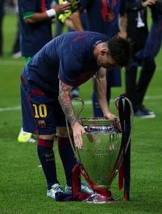 BERLIN, GERMANY - JUNE 6: Lionel Messi of FC Barcelona celebrates with the trophy following the UEFA Champions League Final match between Juventus and FC Barcelona at the Olympiastadion on June 6, 2015 in Berlin, Germany. (Photo by Chris Brunskill Ltd/Getty Images) Messi Champions League, Barcelona Champions League, Fc Barcelona Players, Champions Trophy, Marvel Contest Of Champions, Messi 2015, Salah Liverpool, Leonel Messi, Don Juan