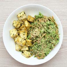 Ingredience: 180 g bazalkového tofu těstoviny 1/2 brokolice 1 polévková lžíce tahini olivový olej 1 čajová lžička lahůdkového droždí Postup: Nejdříve předehřejeme troubu na 200°C. Tofu vysušíme papírovou utěrkou a nakrájíme na kostičky. Vložíme na plech vyložený pečícím papírem, zakápneme olivovým olejem a necháme péct přibližně půl hodiny. Mezitím nakrájíme brokolici a dáme vařit. Když …