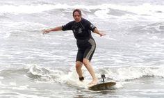 Aposentada de 74 anos viaja toda semana para realizar sonho de surfar
