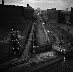 Berlin   Geteilte Stadt. Beleuchtete Weihnachtsbäume stehen an der Heinrich-Heine-Strasse Checkpoint in Berlin am 22. Dezember 1961. Die DDR-Wand, mit Stacheldraht, läuft auf der Mitte des Bildes. Hinter der Mauer, auf der rechten Seite, in Ost-Berlin, ist ein Stacheldrahtzaun, dann eine Reihe von Panzersperren. Mehr als 800 Weihnachtsbäume wurden von West-Berlinern an der Wand gesetzt. Sie werden täglich Dämmerung beleuchtet. AP