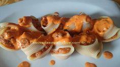 Caracolas o lumaconi gigantes rellenas de carne y sobrasada con salsa de piquillos