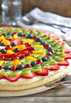 This fruit pizza looks so delicious! This simple fruit pizza is beautiful and delicious! A soft sugar cookie crust with a cream cheese frosting and topped with sliced fruit. Fruit Recipes, Dessert Recipes, Cooking Recipes, Homemade Fruit Pizza Recipe, Homemade Scones, Healthy Recipes, Healthy Foods, Cooking Tips, Easy Recipes