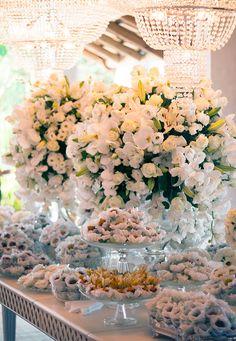 Decoração de casamento em verde e branco - Mesa de doces ( Decoração: Patricia Andrade ) #casamento #weddingdecor #mesadedoces