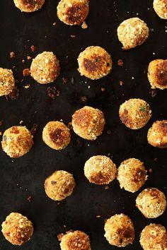 SIMPLE 10 Ingredient Vegan Meatballs! Tempeh, nutritional yeast, herbs, tomato sauce yields the perfect meatless meatball #vegan