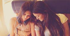 Quando reservar poltronas para duas pessoas no avião, escolha o corredor e a janela. Se ninguém pegar o assento do meio, você fica com a fileira toda. Se alguém pegar, é só pedir para trocar de lugar para sentar perto da pessoa com quem você está viajando.