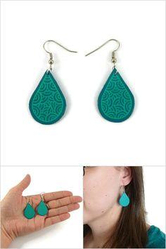 Boucles d'oreille gouttes bleues turquoises aux volutes vertes d'eau - Bijoux fantaisie réalisés sur commande par @savousepate à partir de plastique recyclé (CD) - Idée cadeau femme