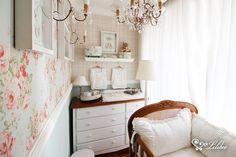 Quarto Princesa - Os móveis em estilo provençal da Linha Ópera imprimem ao ambiente uma sofisticação única. Contrastando com o tom escuro da madeira da cômoda e do berço, o enxoval de quarto branco promove uma harmonia especial!
