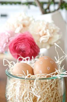 Schnelles Osler-DIY für den Osterbrunch: Osternest mit gepunkteten Ostereiern Mini, Eggs, Easter, Breakfast, Inspiration, Food, Egg Cups, Morning Coffee, Biblical Inspiration