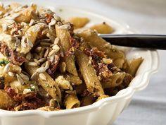 Valmista riittoisa feta-pastasalaatti vaikkapa seisovaan pöytään. Täysjyväpasta tekee salaatista ruokaisan ja aurinkokuivatut tomaatit tuovat siihen makua ja...