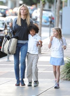 Makeup-Free Heidi Klum Grabs An Afterschool Snack With Her Brood - Online Makeup-Free Heidi Klum Grabs An Afterschool Snack With Her Brood - Online Blonde Celebrities, Makeover Before And After, Beauty Regime, After School Snacks, Celebrity Kids, Photo Makeup, Without Makeup, Free Makeup, Heidi Klum