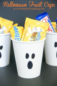 These Halloween treat cups are SO simple, you can even lets your kids make them! So cute and perfect for little Halloween gifts! Dulceros Halloween, Halloween Treat Bags, Halloween Goodies, Halloween Snacks, Halloween Birthday, Holidays Halloween, Halloween Decorations, Halloween Makeup, Halloween Costumes