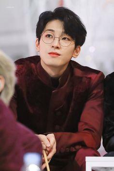 alone with the stars in the sky Seventeen Wonwoo, Seventeen Debut, Woozi, Jeonghan, Baile Hip Hop, Kim Wonpil, Seventeen Wallpapers, Kpop Guys, Pledis 17