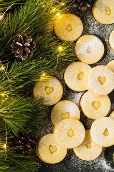 Tradičné vianočné linecké, s pridaním citrónovej kôry, plnené lemon curd Lemon Curd, Macarons, Christmas Ornaments, Holiday Decor, Food, Christmas Jewelry, Essen, Macaroons, Meals