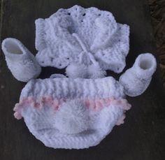 Conjunto coelhinha charmosa confeccionado em crochê. detalhes - tecido na orelha ( chapéu), pompom e babadinho na calça, pompom no sapatinho. cor - branco e rosa  tamanhos - 0 a 3 / 3 a 6 / 6 a 9 / 9 a 12 meses R$ 119,00