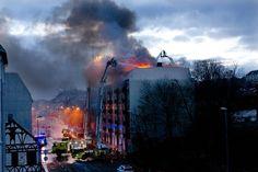 Flammene herjet over blokka i Innherredsveien før brannvesenet fikk kontroll på brannen.  (Foto: Kim Nygård)