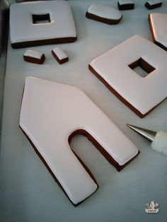 Covering Gingerbread House Walls in Royal Icing