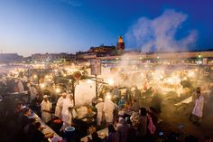 Djemaa el Fna in Marrakesch  < berühmtester Platz Marokkos  UNESCO Kulturerbe  Bombe 2011 im Argana Café  Erzähler, Händler, Schlangenbeschwörer, Affentumult