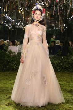« Brise de mémoires » Sand-colored pleated tulle dress with spring-themed herbal-inspired embroidery. Fête Champêtre garland in silk flowers raffia & bees. Spring-Summer 2017 Haute Couture show