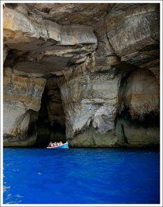 Grottes maltaises situées au Nord de l'île.  De nombreuses activités sont organisées autour de ces grottes plus particulièrement à Comino et à Gozo, les plus époustouflantes. Vous pourrez ainsi profiter d'une simple baignade ou encore d'une activité telle que le Kayak, la randonnée aquatique, la plongée, ou le saut de falaise.