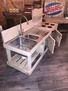 Top 23 cool DIY kitchen pallet ideas you shouldn't missLighting in a kitchen using wooden pallet boards. Top 23 cool DIY kitchen pallet ideas you shouldn't missTop 23 cool DIY kitchen pallet ideas you shouldn't Pallet Crafts, Diy Pallet Projects, Woodworking Projects, Woodworking Basics, Woodworking Machinery, Woodworking Classes, Teds Woodworking, Wood Projects, Woodworking Patterns